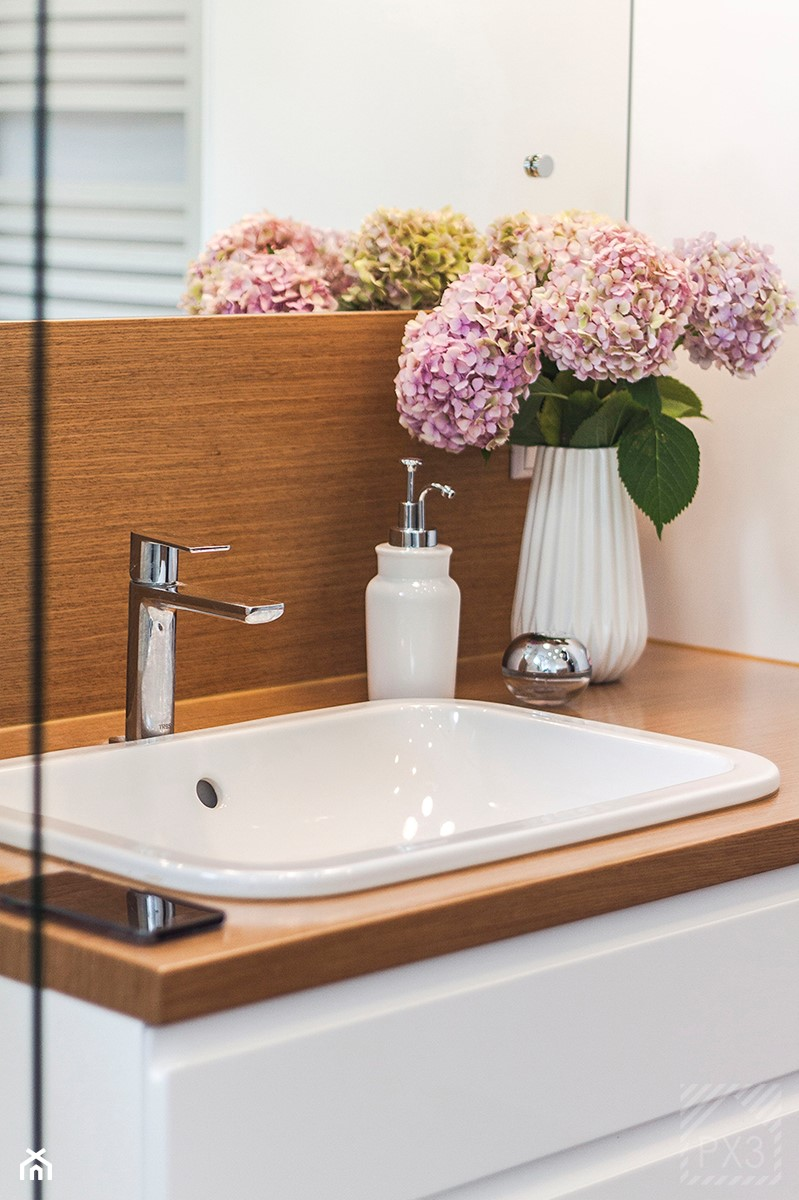 Łazienka na trójkącie - Mała biała łazienka w bloku w domu jednorodzinnym bez okna, styl nowoczesny - zdjęcie od PX3 Pracownia Projektowa Prokopowicz