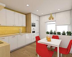 Soczyste mieszkanie pod Opolem - Duża otwarta biała żółta kuchnia w kształcie litery l z oknem - zdjęcie od PX3 Pracownia Projektowa Prokopowicz