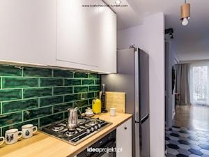 Projekt mieszkania w Gdańsku - Mała otwarta biała zielona kuchnia jednorzędowa, styl eklektyczny - zdjęcie od idea projekt