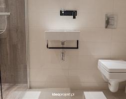 Projekt WC z prysznicem - Mała biała łazienka na poddaszu w bloku w domu jednorodzinnym bez okna, styl rustykalny - zdjęcie od idea projekt