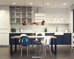 Mieszkanie letnie - Duża otwarta biała kuchnia w kształcie litery g w aneksie z oknem, styl eklektyczny - zdjęcie od idea projekt