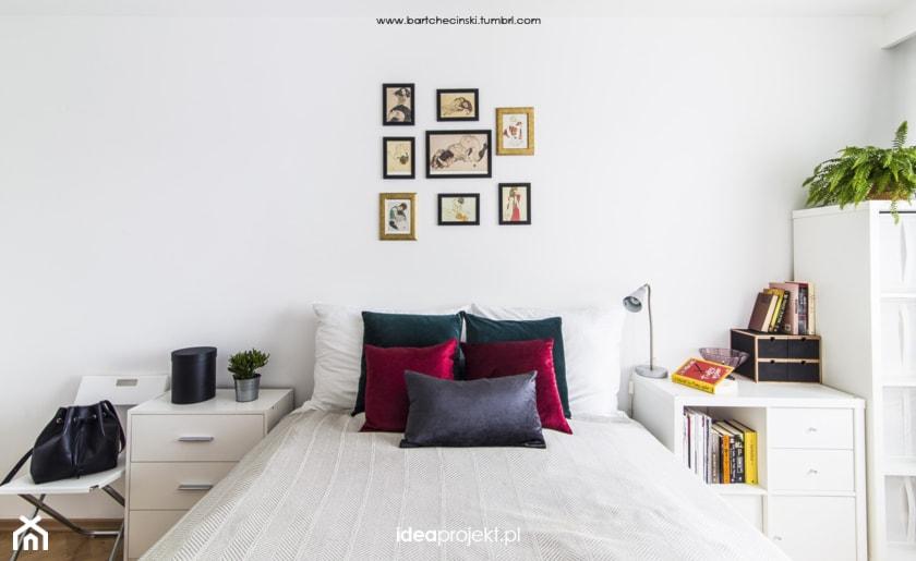Biała sypialnia z ciemnymi dodatkami