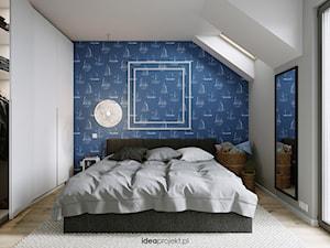 Apartament nadmorski - Średnia biała szara sypialnia małżeńska na poddaszu z balkonem / tarasem, styl skandynawski - zdjęcie od idea projekt