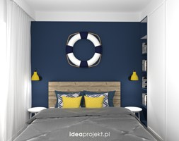 Nadmorski klimat III - Mała biała niebieska sypialnia małżeńska, styl skandynawski - zdjęcie od idea projekt - Homebook