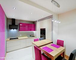 mieszkanie 43m2 ul.Melomanów Lublin - Mała biała szara różowa kuchnia w kształcie litery l w aneksie, styl nowoczesny - zdjęcie od Auraprojekt