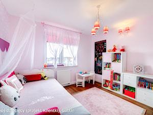 Dom jednorodzinny ul.Goplan Lublin - Średni pastelowy różowy pokój dziecka dla dziewczynki dla malucha, styl nowoczesny - zdjęcie od Auraprojekt