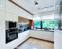 Dom jednorodzinny Głusko - Duża otwarta biała beżowa kuchnia w kształcie litery l, styl nowoczesny - zdjęcie od Auraprojekt
