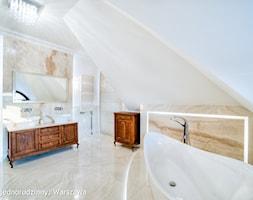 Dom jednorodzinny Warszawa - Duża beżowa łazienka na poddaszu w domu jednorodzinnym z oknem, styl klasyczny - zdjęcie od Auraprojekt