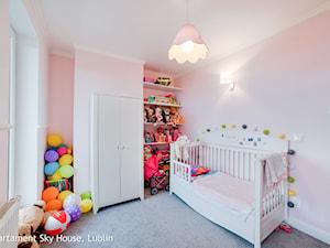 apartament II SKYHOUSE Lublin - Średni pastelowy różowy pokój dziecka dla dziewczynki dla malucha, styl klasyczny - zdjęcie od Auraprojekt