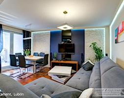 apartament I SKYHOUSE Lublin - Średni biały niebieski salon z jadalnią, styl nowoczesny - zdjęcie od Auraprojekt