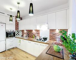 mieszkanie na Felinie Lublin - Duża otwarta biała brązowa kuchnia w kształcie litery u, styl nowoczesny - zdjęcie od Auraprojekt