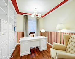 Lublin Flat - INTERIOR PHOTO SESSION - Średnie beżowe czerwone biuro domowe w pokoju, styl klasyczny - zdjęcie od Auraprojekt