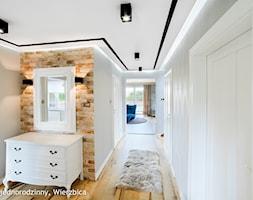 metamorfoza dom salon + jadalnia + przedpokój Wierzbica - Średni beżowy szary hol / przedpokój, styl nowojorski - zdjęcie od Auraprojekt