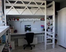 DĄBRÓWKA | Pokój Julki - Mały szary pokój dziecka dla dziewczynki dla ucznia dla nastolatka - zdjęcie od dekoratorka.pl