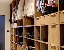 POZNAŃ | Apartament - Średnia zamknięta garderoba, styl nowoczesny - zdjęcie od dekoratorka.pl - Homebook