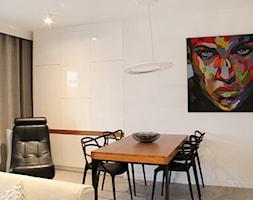 POZNAŃ | Apartament - Średnia otwarta biała jadalnia w salonie, styl nowoczesny - zdjęcie od dekoratorka.pl - Homebook