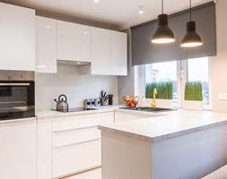 Mieszkanie na wynajem Zielona Góra - Mała otwarta kuchnia w kształcie litery g w aneksie z oknem, styl minimalistyczny - zdjęcie od StanglewiczDizajn