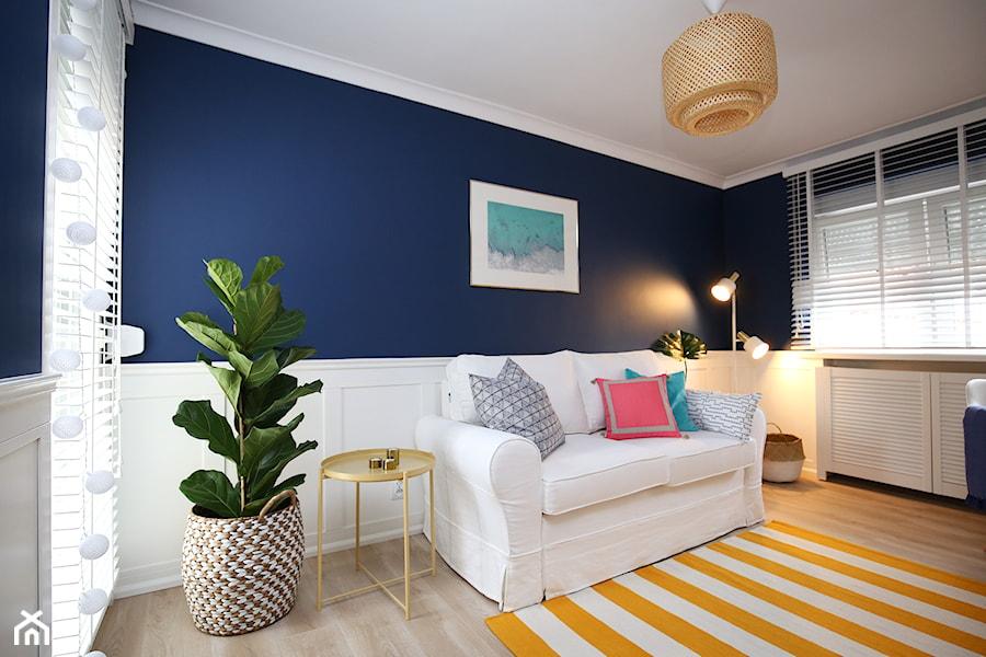 Aranżacje wnętrz - Biuro: Gabinet Zielona Góra - Małe niebieskie białe biuro domowe w pokoju, styl eklektyczny - StanglewiczDizajn . Przeglądaj, dodawaj i zapisuj najlepsze zdjęcia, pomysły i inspiracje designerskie. W bazie mamy już prawie milion fotografii!