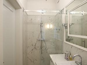 Dom w stylu Modern Classic - Mała biała łazienka na poddaszu w bloku w domu jednorodzinnym bez okna, styl klasyczny - zdjęcie od StanglewiczDizajn