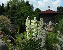 Śródziemnomorski ogród - Średni ogród za domem japoński z oczkiem wodnym z altaną - zdjęcie od Marcin Sumiła