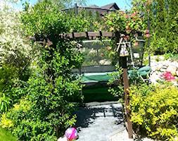 COŚ DLA CIAŁA COŚ DLA DUSZY COŚ DLA OKA - Średni ogród za domem z pergolą z trampoliną - zdjęcie od Marlena Hein