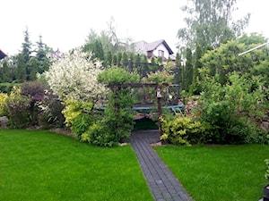 COŚ DLA CIAŁA COŚ DLA DUSZY COŚ DLA OKA - Duży ogród za domem z pergolą z trampoliną - zdjęcie od Marlena Hein