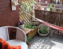 Balkonowy ogródek - Mały taras z przodu domu z tyłu domu - zdjęcie od Monika Gnat