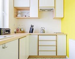 Ewa gotuje! - Mała zamknięta wąska biała żółta kuchnia w kształcie litery l, styl nowoczesny - zdjęcie od MMA Pracownia Architektury