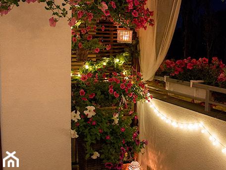Aranżacje wnętrz - Ogród: Balkon 2016 :) - Mały ogród za domem zadaszony przedłużeniem dachu - Iwona KD. Przeglądaj, dodawaj i zapisuj najlepsze zdjęcia, pomysły i inspiracje designerskie. W bazie mamy już prawie milion fotografii!