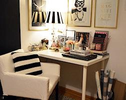 Biurko osobiste - Małe białe biuro kącik do pracy w pokoju, styl glamour - zdjęcie od Zoyka HOME