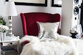 czerwony fotel i biała narzuta