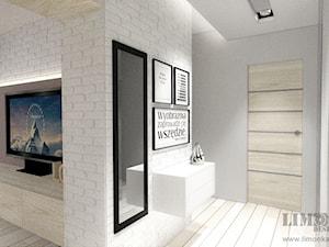 Mieszkanie w szarościach w stylu skandynawskim - Mały biały szary hol / przedpokój, styl skandynawski - zdjęcie od Limonka Design Group