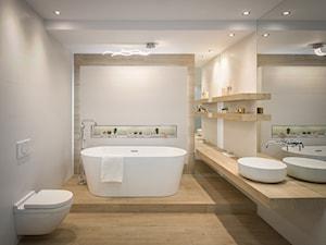 Skandynawska łazienka - biel i drewno