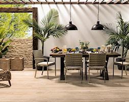 Płytki imitujące drewno - Duży taras z tyłu domu, styl eklektyczny - zdjęcie od MAXFLIZ
