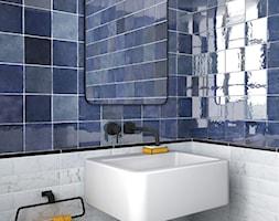 Płytki Equipe Artisan - Mała biała niebieska łazienka na poddaszu w bloku w domu jednorodzinnym bez okna - zdjęcie od MAXFLIZ