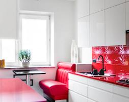 Czerwona kuchnia | Red Kitchen - Średnia otwarta zamknięta czerwona kuchnia dwurzędowa, styl nowoczesny - zdjęcie od Pracownia Pięknych Wnętrz