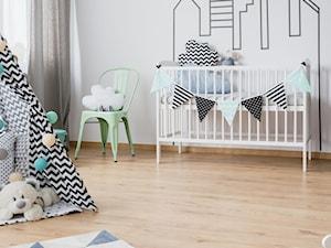 Panele w pokoju dziecka - Średni szary pokój dziecka dla chłopca dla dziewczynki dla niemowlaka, styl skandynawski - zdjęcie od SWISS KRONO