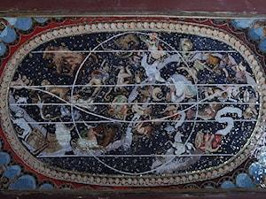 Mapy świata układane w technice mozaiki.
