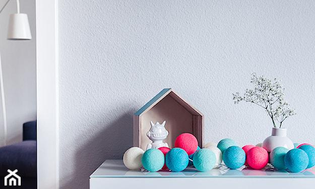 cotton balls na komodzie, szara ściana, biała figurka