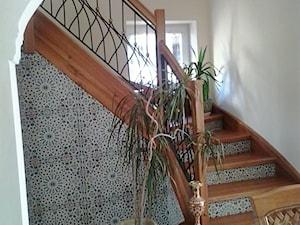 Drewniane schody z wkomponowanymi płytkami ceramicznymi - zdjęcie od Kolory Maroka