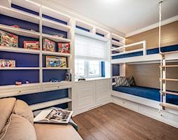 dom w Kołobrzegu - Średni biały niebieski pokój dziecka dla rodzeństwa dla malucha, styl eklektyczny - zdjęcie od PROJEKTIVE