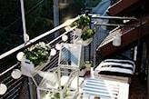 cotton balls na balkonie, białe donice, poduszki w granatowe pasy, meble z palet