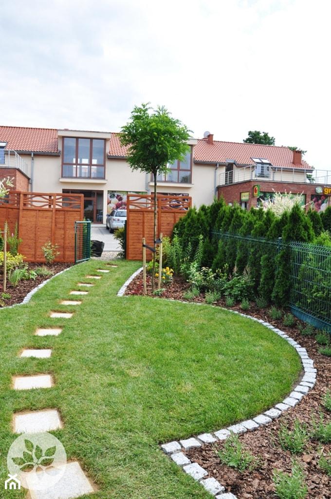 Ogród przy domku szeregowym - Średni ogród za domem, styl tradycyjny - zdjęcie od ARCADINES Pracownia Architektury Krajobrazu
