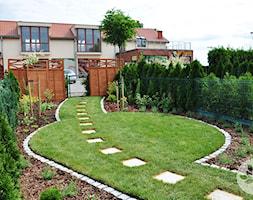 Ogród przy domku szeregowym - Średni ogród przed domem, styl tradycyjny - zdjęcie od ARCADINES Pracownia Architektury Krajobrazu