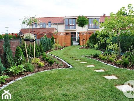 Aranżacje wnętrz - Ogród: Ogród przy domku szeregowym - Duży ogród za domem, styl tradycyjny - ARCADINES Pracownia Architektury Krajobrazu. Przeglądaj, dodawaj i zapisuj najlepsze zdjęcia, pomysły i inspiracje designerskie. W bazie mamy już prawie milion fotografii!