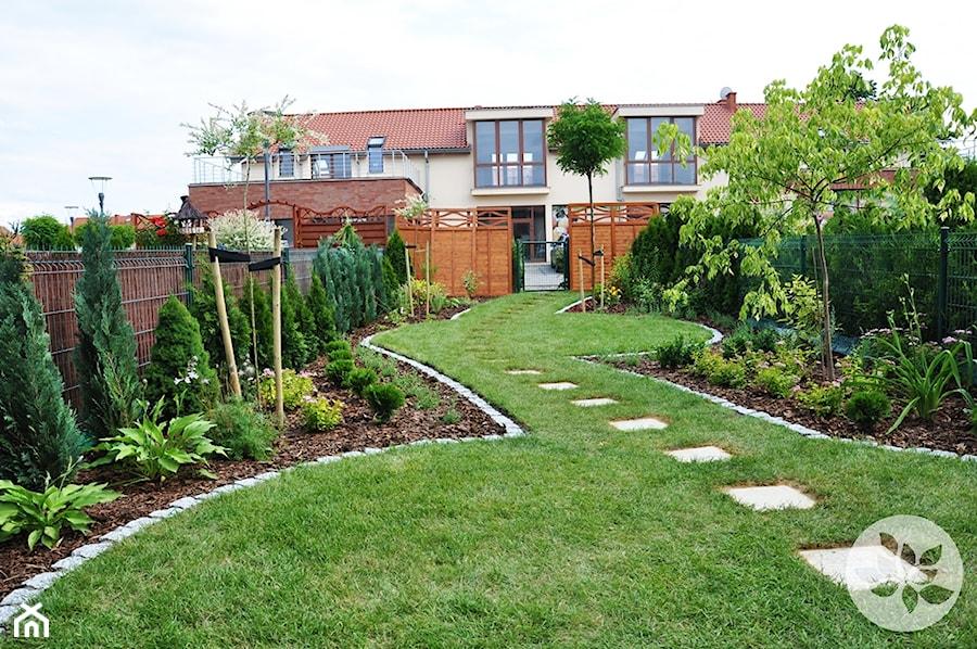 Ogród przy domku szeregowym - Duży ogród za domem, styl tradycyjny - zdjęcie od ARCADINES Pracownia Architektury Krajobrazu