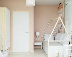 mieszkanie z przygodą - Mały beżowy pokój dziecka dla chłopca dla dziewczynki dla malucha dla nastolatka, styl skandynawski - zdjęcie od ASK- projektowanie wnętrz