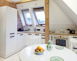 Przebudowa poddasza - Średnia otwarta biała brązowa kuchnia w kształcie litery l w aneksie, styl vintage - zdjęcie od INOSTUDIO architekci