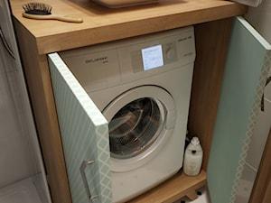 Łazienka w rozmiarze XS - Mała biała łazienka w bloku bez okna, styl nowoczesny - zdjęcie od EnigmaVisualDesign