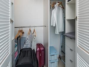 Turkusowe mieszkanie wakacyjne nad morzem - Mała zamknięta garderoba, styl nowoczesny - zdjęcie od Kolektyw D2